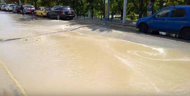 Beszakadt az út a XII. kerületben, mindent elöntött a víz