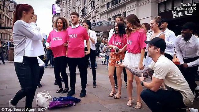 Elképesztően ötletes lánykérés szemtanúi voltak a járókelők