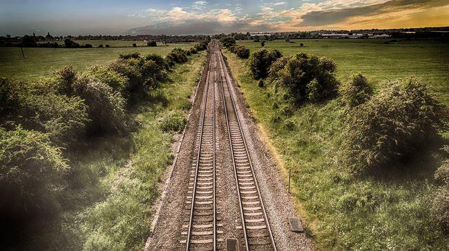 Vonat elé ugrott a tini, borzalom, mit művelt előtte