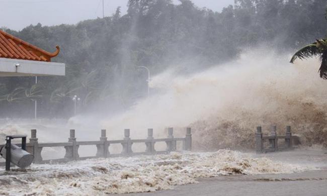 Lezárták az iskolákat, megbénul a közlekedés: nagy erővel csapott le a vihar