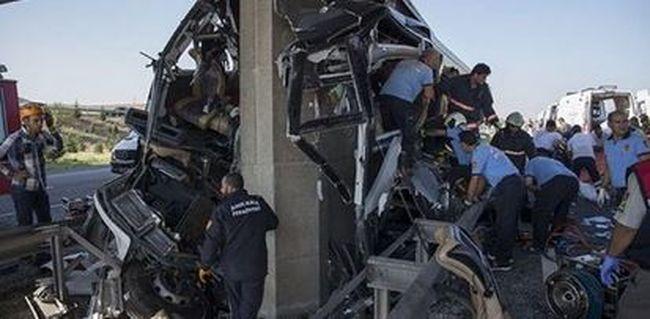 Nőtt a busztragédia áldozatainak száma, a járművet kettévágta az oszlop