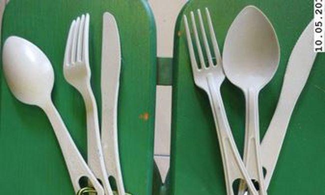 Veszélyes anyag oldódik a műanyag evőeszközökből, az Ön asztalán is lehet belőle
