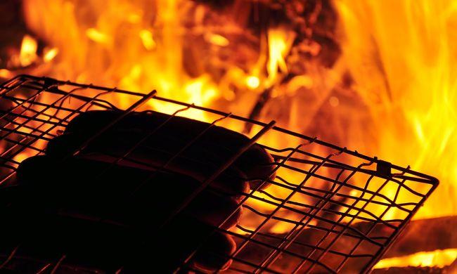Hihetetlen, saját kertjében bírságolták meg a grillező férfit