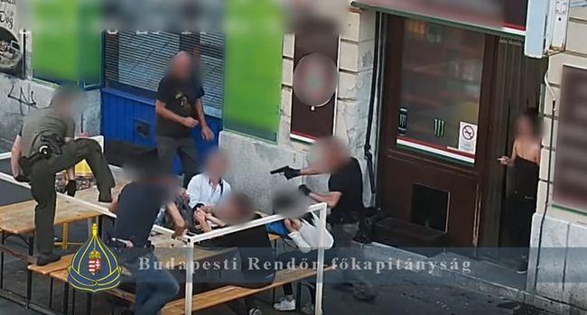 Rajtaütés a Józsefvárosban: az utcán fogtak fegyvert a dílerre