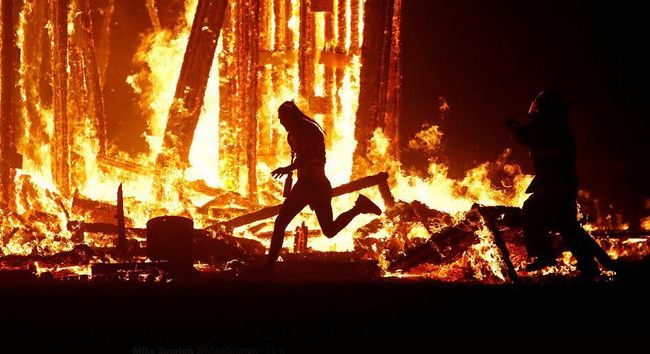 Szörnyű látvány: lángok közé rohant egy férfi, az ünneplők szeme láttára halt szörnyet