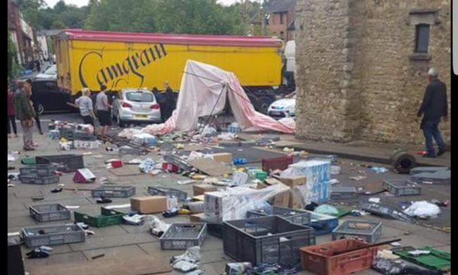 Mentőhelikopter érkezett: piacba csapódott egy autó a városközpontban