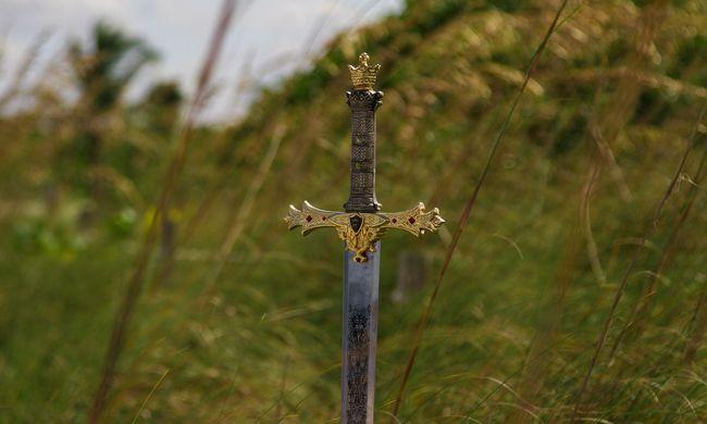Hihetetlen felfedezés, nyolc éves kislány találta meg a különleges középkori fegyvert