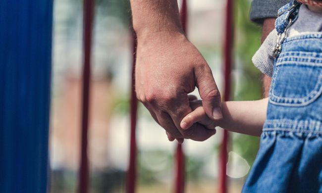 Súlyosbodik a helyzet, a magyar szülők egymástól veszik el a gyerekeket