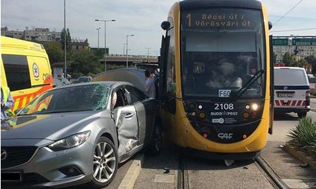 Megbénult a budapesti villamosközlekedés, súlyos baleset történt - fotó