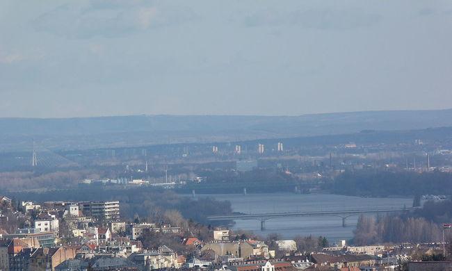 Rendőrök mentettek meg egy férfit: le akart ugrani az Árpád hídról