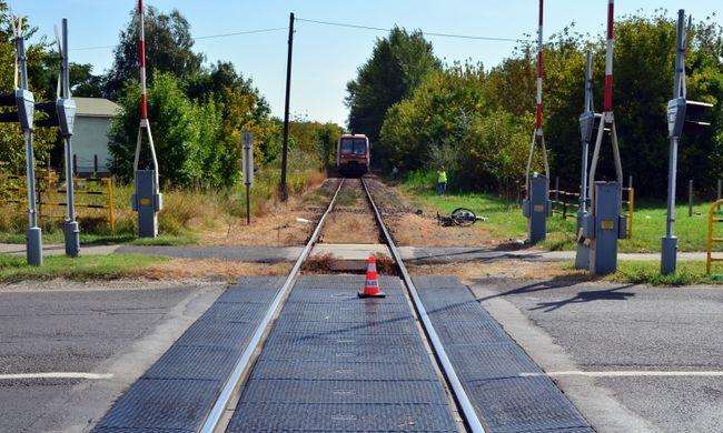 Most érkezett: tragédia történt a vasúti kereszteződésben