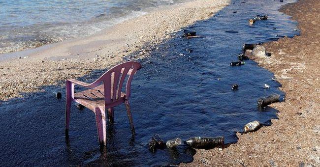 Olajkatasztrófa történt: feketévé vált a tenger Görögország partjainál