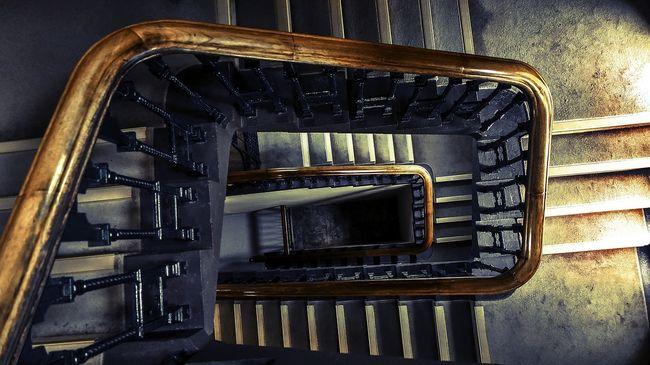 Női holttestet találtak egy budapesti lépcsőházban