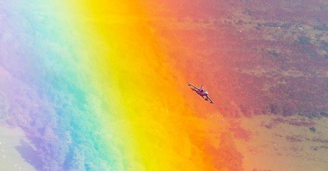Lélegzetelállító fotót készítettek egy szivárvány és egy vadászgép találkozásáról
