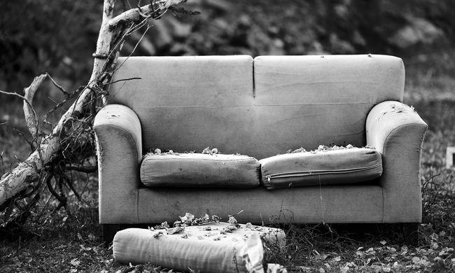 Furcsa pózban találtak az orvosra: holtteste az udvaron ült