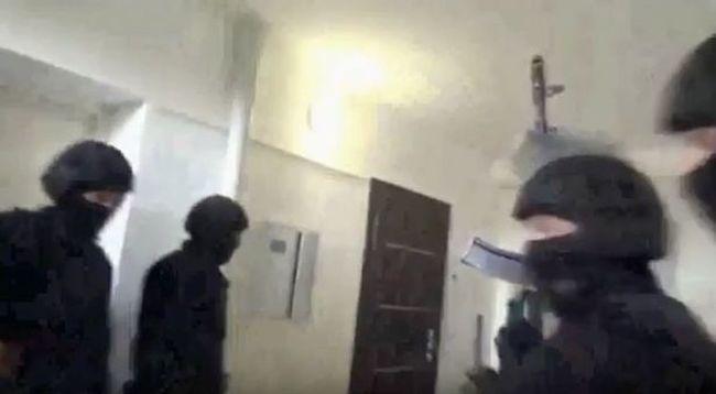 Fegyveres rendőrök lepték el a lakást: rajtaütöttek a gazdag pedofilon