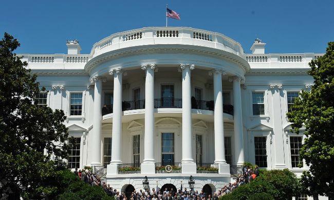 Vészhelyzet a Fehér Háznál: a kordonba hajtott egy nő