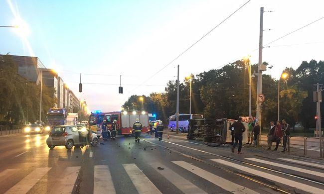 Megbénult a közlekedés, kisbusz borult a villamossínekre