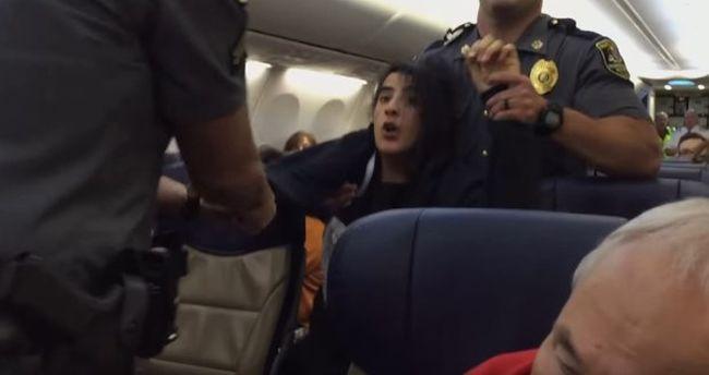 Botrány a repülőn: lerángatták a nőt a gépről, mert panaszkodott