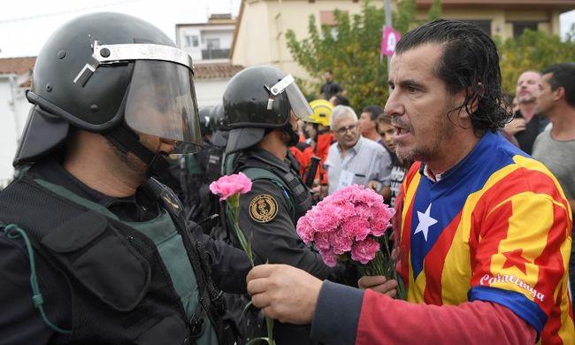 Botrány és rohamrendőrök: összecsaptak a szavazók a hatósággal