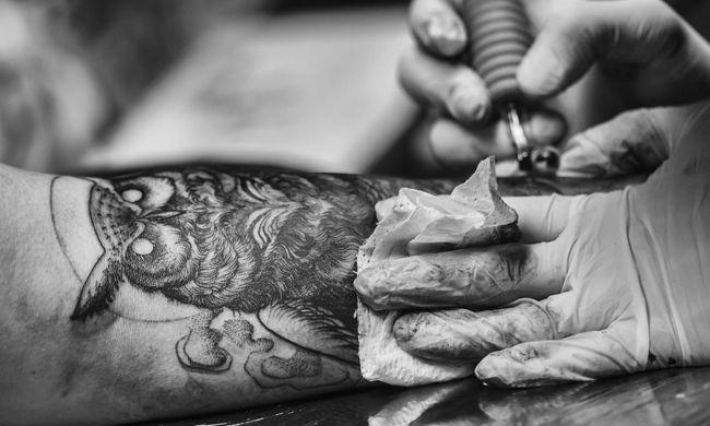 Megszökött egy fogyatékos fiú, de a rendőrök találtak rajta egy tetoválást, ami segített