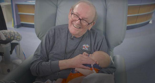 Könnyfakasztó videó: koraszülött babákat ment ez a nagypapa