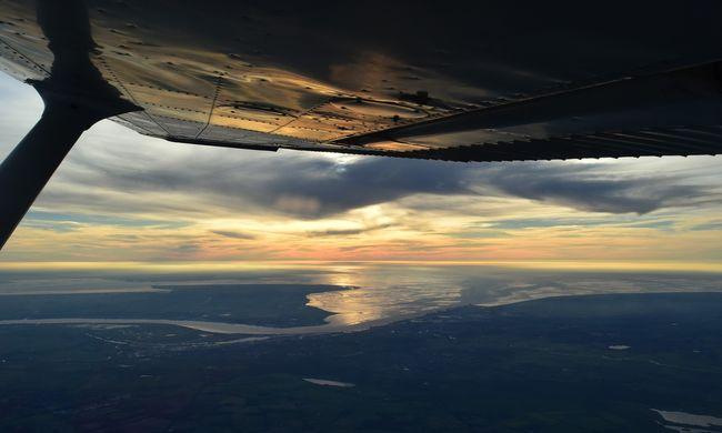Dráma a repülőn: landolás közben gyulladt ki a motor