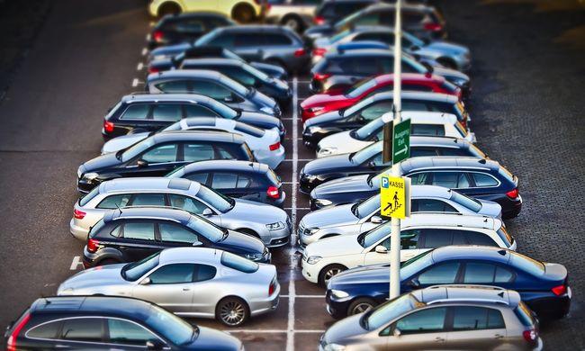 Rossz hír az autósoknak, ide hétfőtől nem parkolhatnak Budapesten