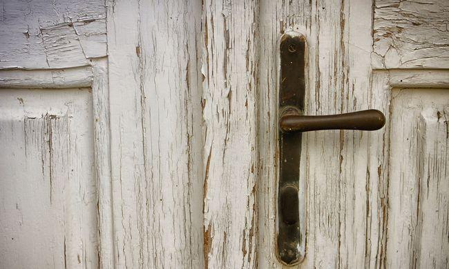 Rá kellett törni az ajtót a magyar nőre, perceken múlt az élete