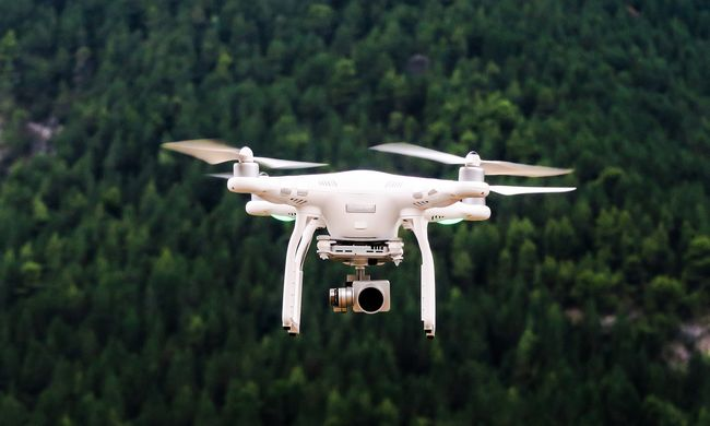 Házfalnak csapódott a postai drón, már első útján ripityára tört