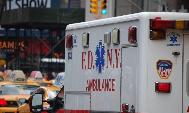 Botrányos dolgot tett a pesti robogós: összetört egy szirénázó mentőt
