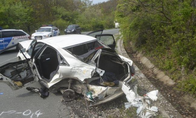 Szörnyű balesetben vesztette életét az utas, busznak ütközött egy autó Heves megyében
