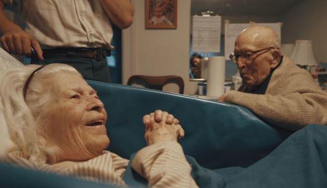 Megható videó: 80 év házasság után vall szerelmet beteg feleségének a bácsi