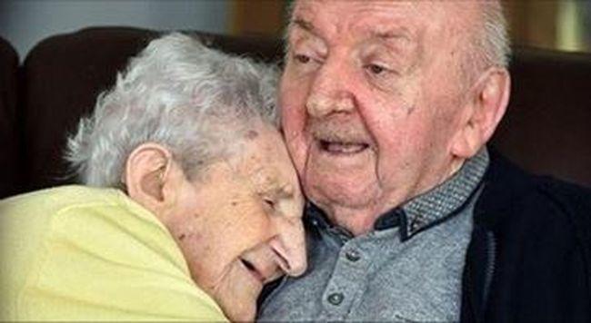 Megható gondoskodás: 98 évesen költözött idősek otthonába, hogy fiával lehessen