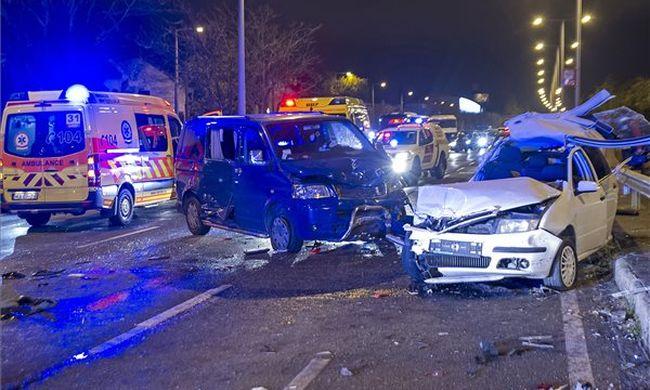 Tömegbaleset történt Budapesten, ketten egy kocsiba szorultak