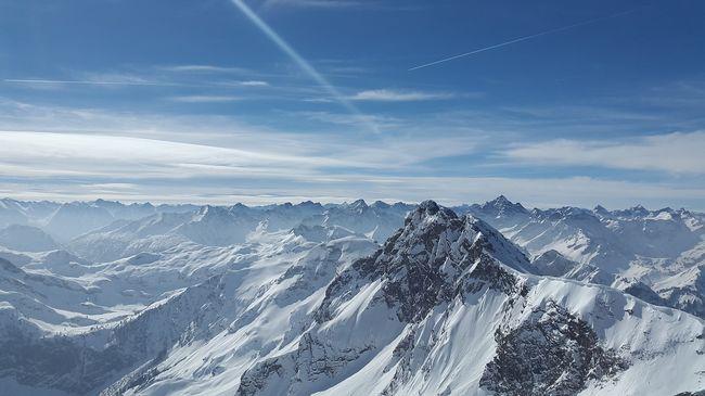 Életveszélyes mutatvány: leugrott egy hegyről két férfi, ennél is ijesztőbbet is tettek