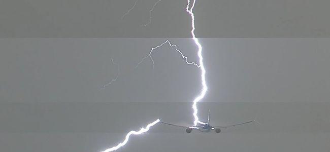 Ijesztő látvány: villám csapott a repülőgépbe - videó