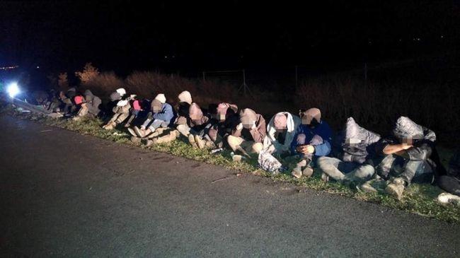 Rengeteg migránst találtak a magyar autópályákon hajnalban