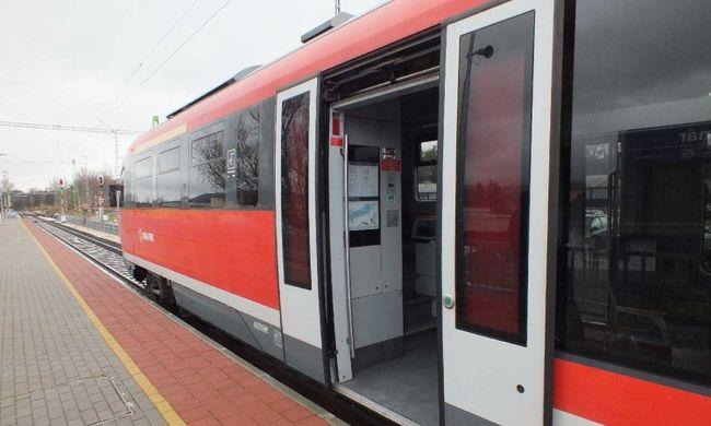 Megvertek egy magyar ellenőrnőt a vonaton