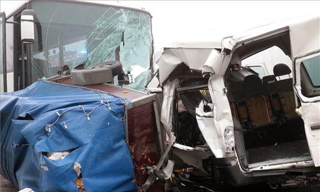 Megrázó részletek: buszok ütköztek a ködben Szolnokon, hárman meghaltak