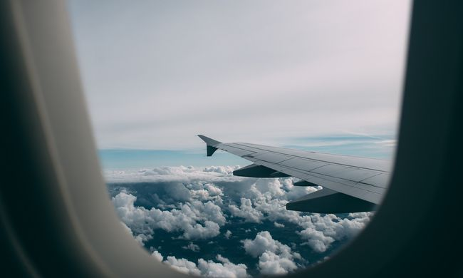 Felháborodott a szerelmespár: elképesztő okból szállították le őket a repülőről