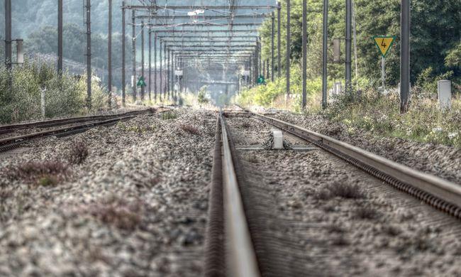 Gázolt a vonat Budapesten, tűzoltók, mentők a helyszínen