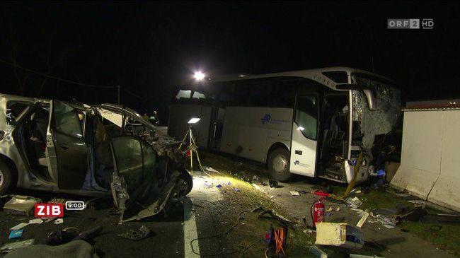Autó ütközött turistabusszal, többen meghaltak