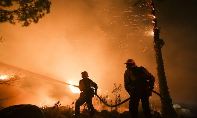 Megfékezhetetlenül terjed a tűz, legalább húsz ház leégett