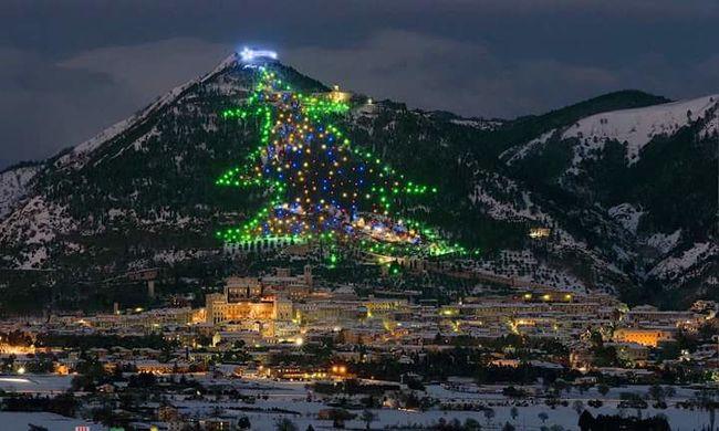 Hihetetlen teljesítmény: a világűrből kapcsolták fel a világ legnagyobb karácsonyfájának fényeit