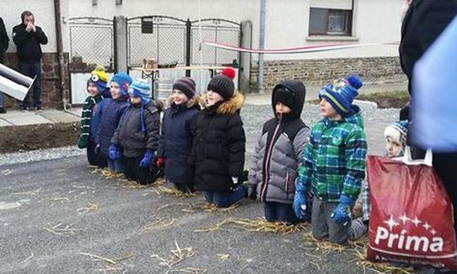 Hideg aszfaltra térdeltették a csepregi ovisokat, így adtak át egy utcát