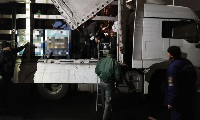 Több tucat migráns bukott le a határon, bujkálni próbáltak - videó