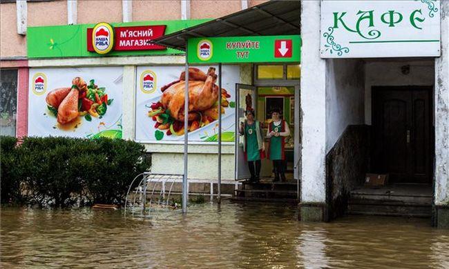 Megrendítő fotók: lecsapott az özönvízszerű eső, házakat öntött el az árhullám