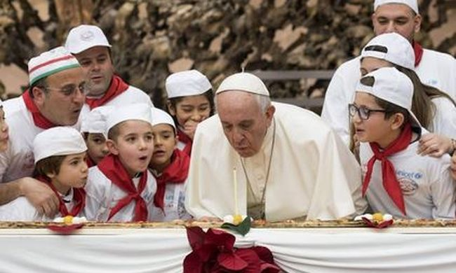 Különleges módon ünnepelte születésnapját Ferenc pápa - fotó