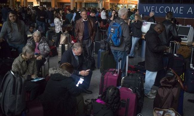 Teljes káosz, több ezer ember rekedt a reptéren